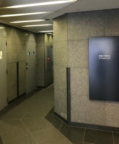 入口 エレベーター手前